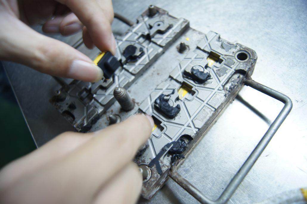 把液態矽(硅)膠填在成品的凹洞上